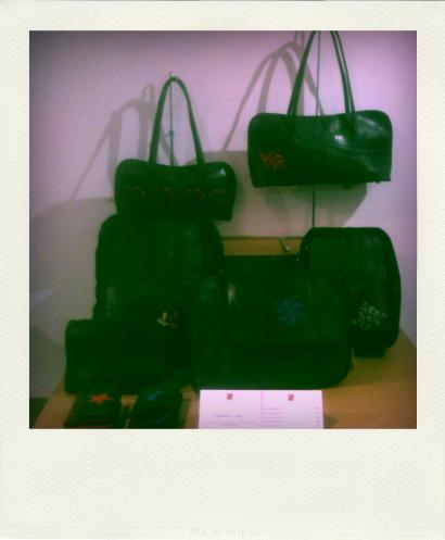 De haut en bas : Sacs Christelle et Arnakali en chambre à air recyclée, sacs à dos Logo rouge M et logo gris M en chambre à air recyclée, sac besace Dounia Bleu en ceintures de sécurité recyclées et chambre à air recyclée, porte-monnaies Nile et vénus en chambre à air recyclée.